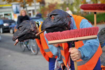 TheaterRAB | Mask Theatre | #artthatmoves | WalkingAct | Raven Janitors | Raben | randomactsofbeauty.de